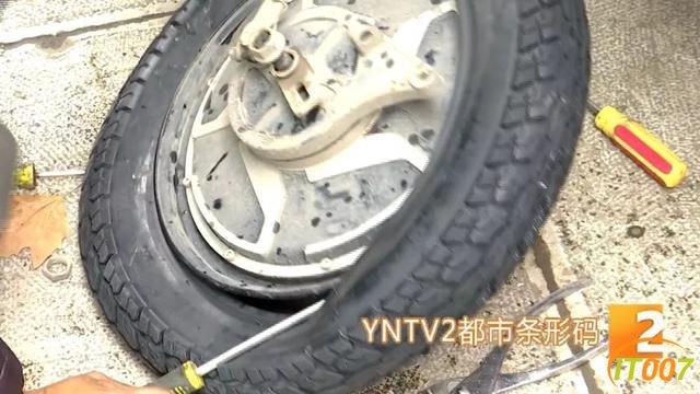 """爆胎路遇""""热心人""""可提供换轮胎服务?原是兜售劣质轮胎新骗局,小心被骗-6.jpg"""