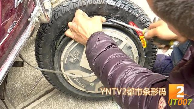 """爆胎路遇""""热心人""""可提供换轮胎服务?原是兜售劣质轮胎新骗局,小心被骗-11.jpg"""
