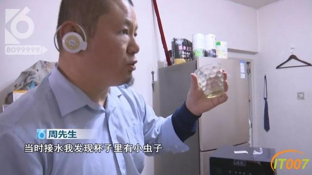 饮水机里有蟑螂大哥怒不可遏:我喝了一个多月的腐水!泡着蟑螂尸体的水-2.jpg