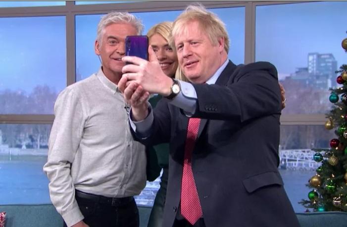 英国首相持华为P20 Pro自拍引热议,官方:非首相本人的手机