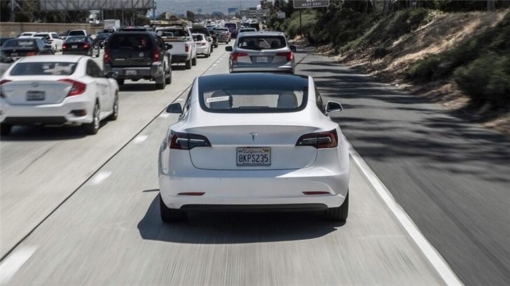 特斯拉自动驾驶迎来重大功能更新:几周内上线红绿灯识别自动停车
