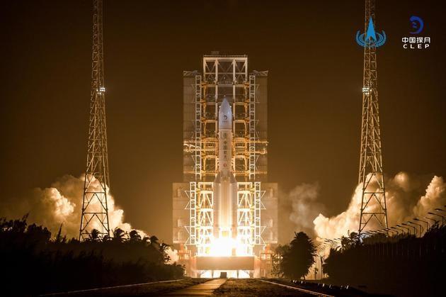 """嫦娥 5 号成功发射奔月 :""""绕、落、回""""战略的 """"收官之作"""""""
