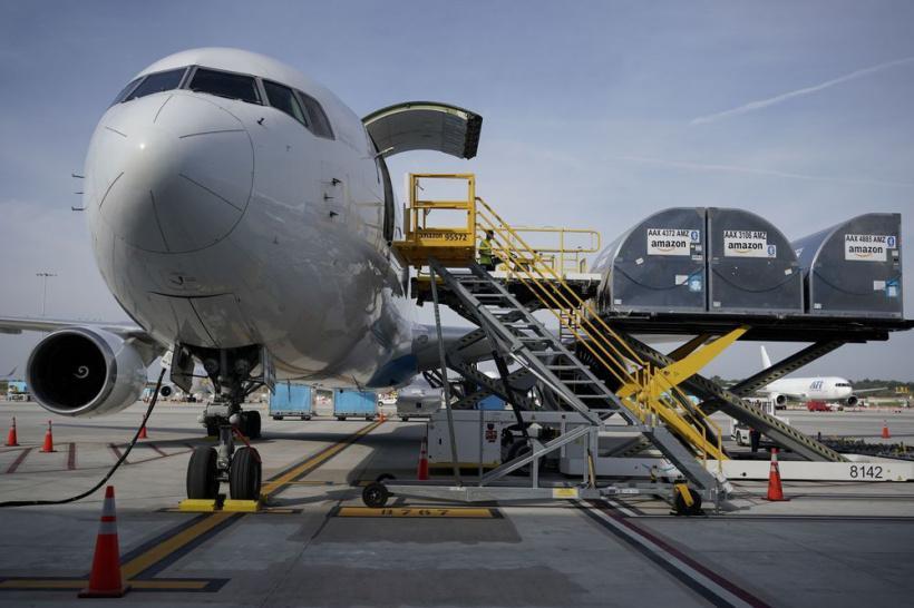 亚马逊货运飞机正在装货